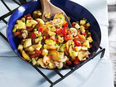 Gebratene Kartoffeln mit Gemüse und Pilzen
