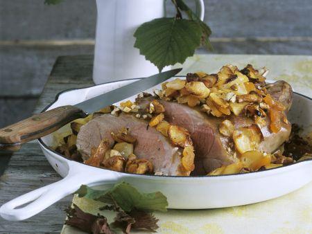 Gebratene Lammschulter mit Pilzen und Nüssen