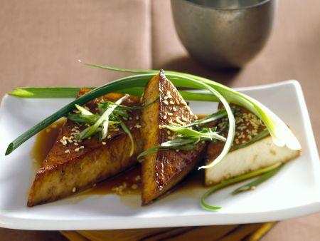 Gebratene Tofu-Ecken mit Sesam und Lauchzwiebeln