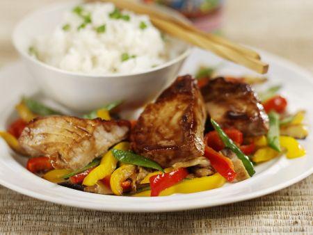 Gebratener Thunfisch mit Paprikagemüse und Reis