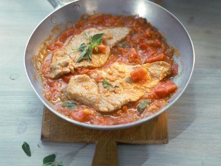 Gebratenes Kalbsschnitzel mit Tomatensauce