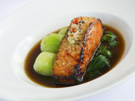 Gebratenes Lachsfilet mit Pak Choy und dunkler Soße