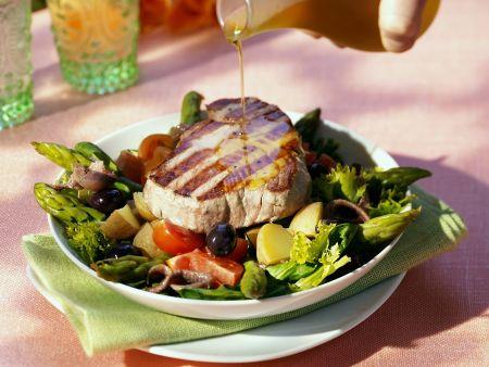 Gebratenes Thunfischsteak mit Gemüsesalat