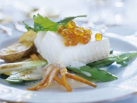 Gedämpftes Fischfilet mit Gemüse und Kaviar