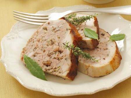 Geflügel mit Hackfleischfüllung und Salat