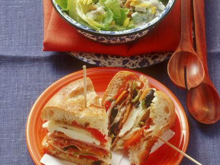 Geflügelsalat mit Zitronenmayonnaise-Dressing dazu Mufuletta Sandwich