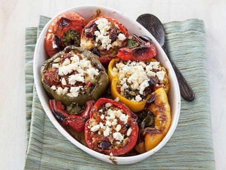 Gefüllte Paprika mit Couscous, Oliven und Schafskäse