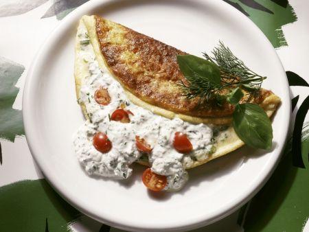Gefülltes Omelett mit Kräuterquark und Cherrytomaten