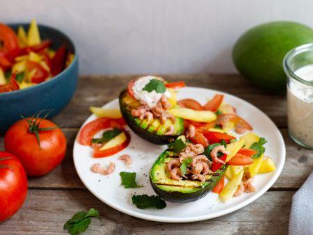 Gegrillte Avocado mit Mango-Tomatensalat und Krabben