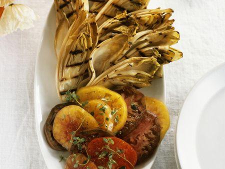 Gegrillte Chicorée mit Tomatensalat