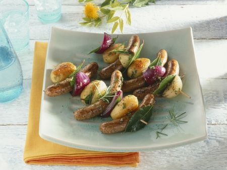 Gegrillte Kartoffel-Wurst-Spieße