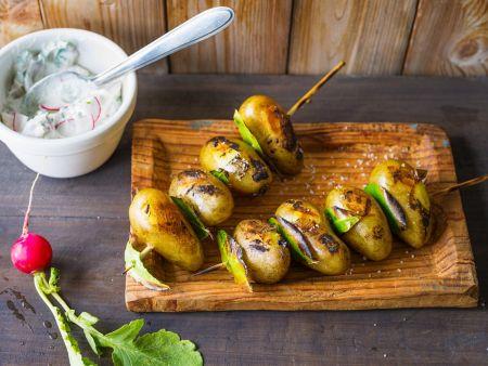 Gegrillte Kartoffelspieße mit Dip