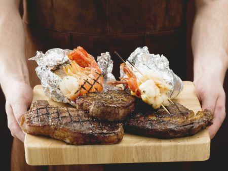 Gegrillte Steaks und Garnelen