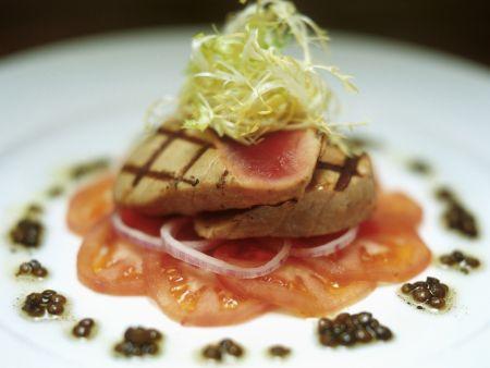 Gegrillte Thunfischsteaks mit Tomate und Kaviar