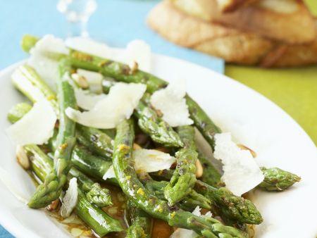 Gegrillter grüner Spargel als Salat