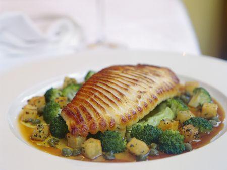 Gegrillter Rochenflügel mit Kartoffel-Brokkoli-Gemüse