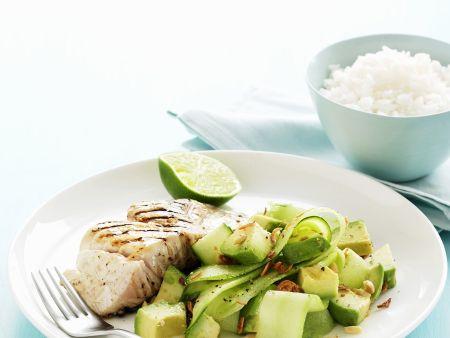 Gegrilltes Fischfilet mit Gurken-Avocado-Salat