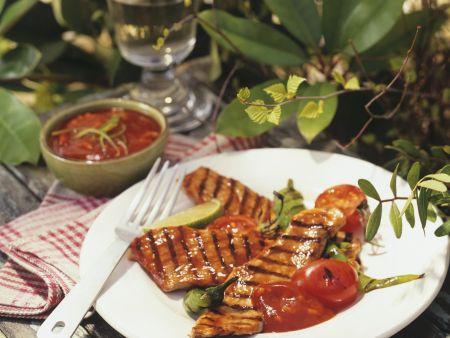 Gegrilltes Fleisch mit Tomatensoße und Peperoni