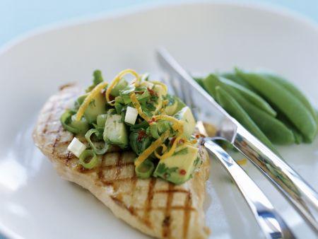 Gegrilltes Hähnchenfilet mit Salsa aus Avocado