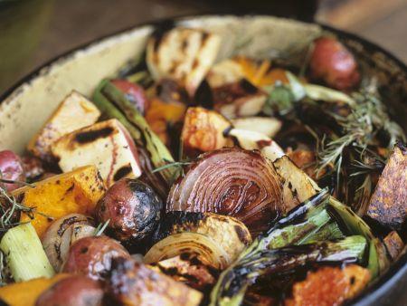 Gegrilltes herbstliches Gemüse mit Rosmarin