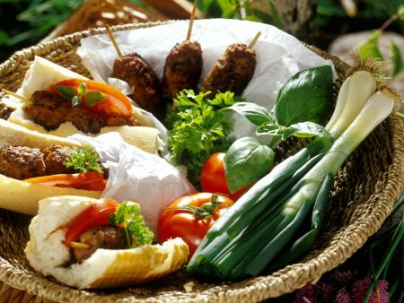 Gegrilltes Kebab im Baguettebrötchen
