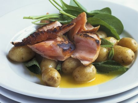 Gegrilltes Lachsfilet mit jungen Kartoffeln und zerlassener Butter