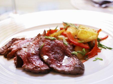 Gegrilltes Rindersteak mit Kartoffeln und Paprika-Lauchzwiebel-Gemüse