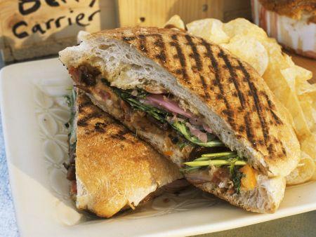 Gegrilltes Sandwich mit Chips