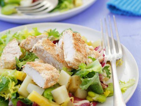 Gemischter Blattsalat mit Kartoffeln und panierter Hähnchenbrust