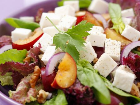 Gemischter Blattsalat mit Pflaumen und Ziegenfrischkäse