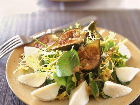 Gemischter Salat mit Feigen und Mozzarella