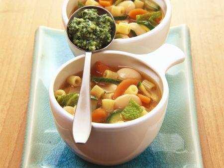 Gemüse-Nudel-Suppe mit Pesto