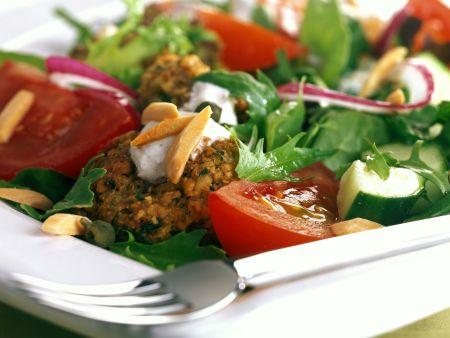 Gemüsesalat mit Falafel und Mandeln