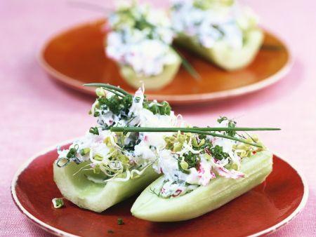 Gemüseschiffchen mit Radieschen-Kräuterquark