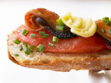 Geröstetes Brot mit Tomaten und Miesmuscheln