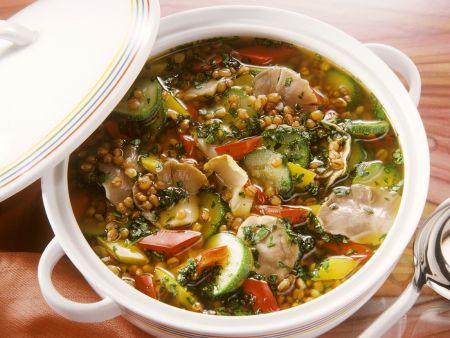 Gerstensuppe mit Gemüse und Pilzen