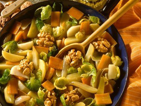 Geschmortes Gemüse mit Nüssen