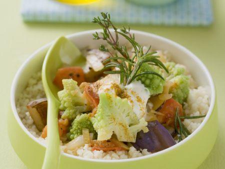 Geschmortes Gemüse mit Romanesco auf Couscous