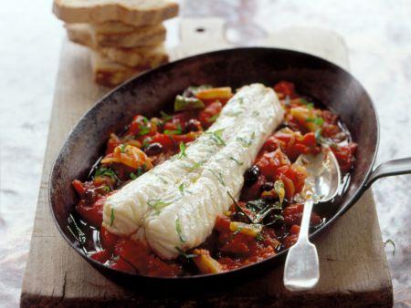Geschmortes Seeteufelfilet auf Tomaten-Oliven-Gemüse