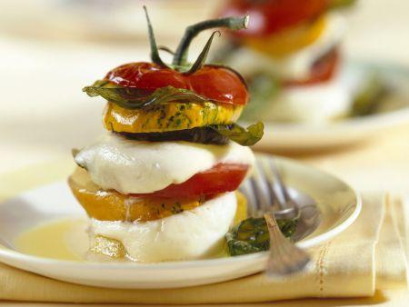 Gestapelter Tomaten-Mozzarella-Zucchini-Salat