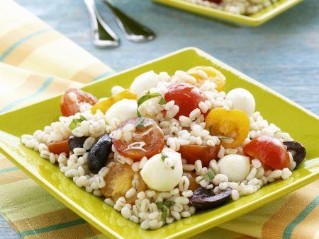 Getreidesalat mit Oliven, Kirschtomaten und Mozzarella