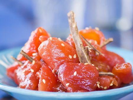 Glasierter Tomatensalat mit Sesam und Zimt