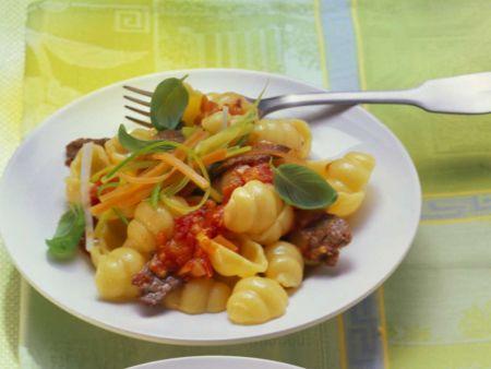 Gnocchi-Nudeln mit Rinderfilet und Tomatensauce