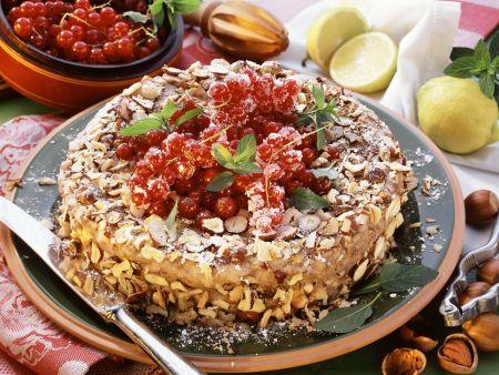 Grieß-Nuss-Torte mit Johannisbeeren