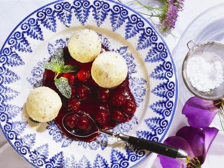 Grießbällchen mit Kirschsoße