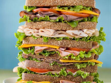 Großes, geschichtetes Sandwich