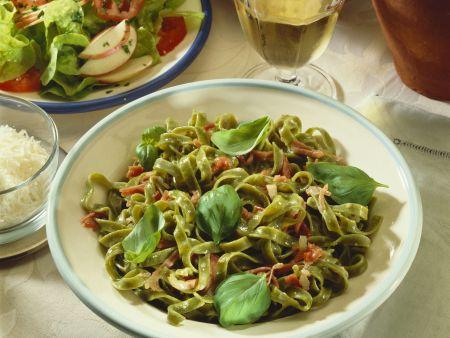 Grüne Pasta mit Carbonarasoße
