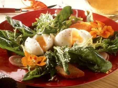 Grüner Salat mit Eiern und Blüten