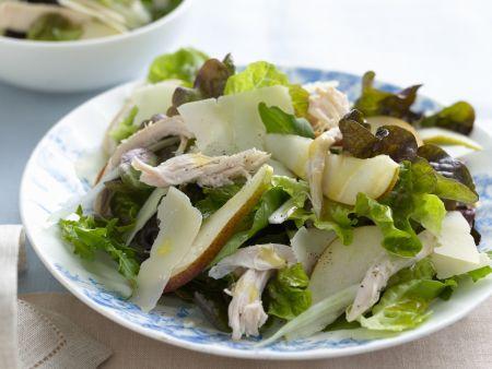 Grüner Salat mit Hähnchen, Birne und Parmesan