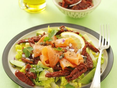Blattsalat mit getrockneten Tomaten, geräuchertem Lachs und Avocado